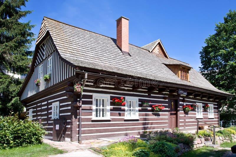 Arquitetura tradicional desde 1788 no ulicka curioso de Zvedava da rua, Jilemnice, montanhas de Krkonose, república checa Protege fotografia de stock royalty free