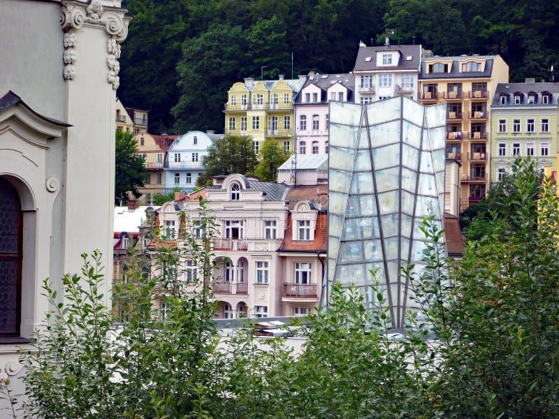 A arquitetura tradicional em Karlovy histórico varia, República Checa fotos de stock