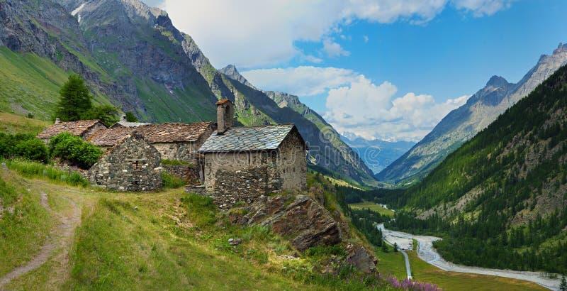 Arquitetura velha alpina com o rio da montanha em Rhemes, Notre Dame foto de stock