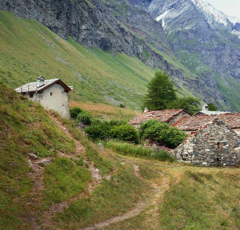 Arquitetura velha alpina e montanha no fundo, Rhemes, Notre Dame imagens de stock