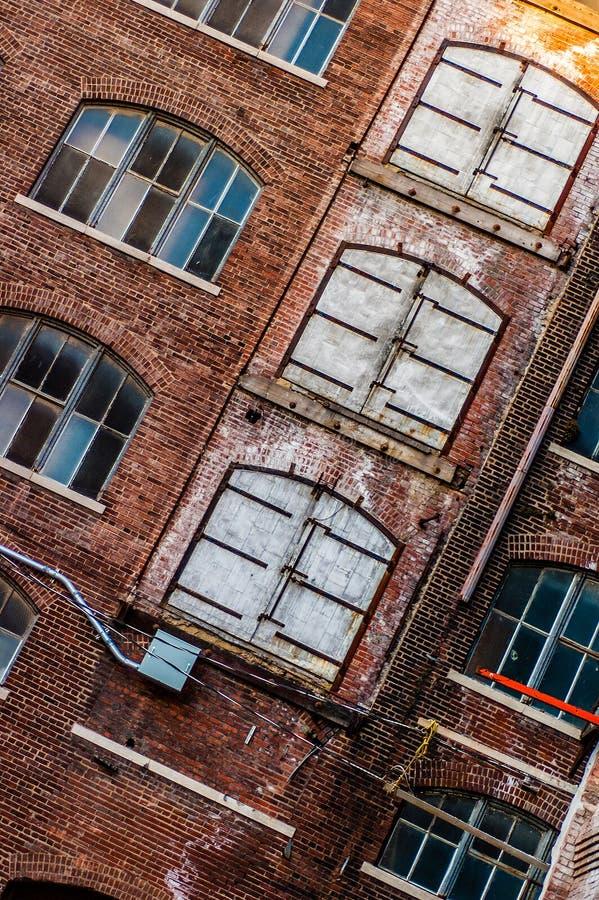 Arquitetura velha da construção do vintage na cidade fotos de stock royalty free