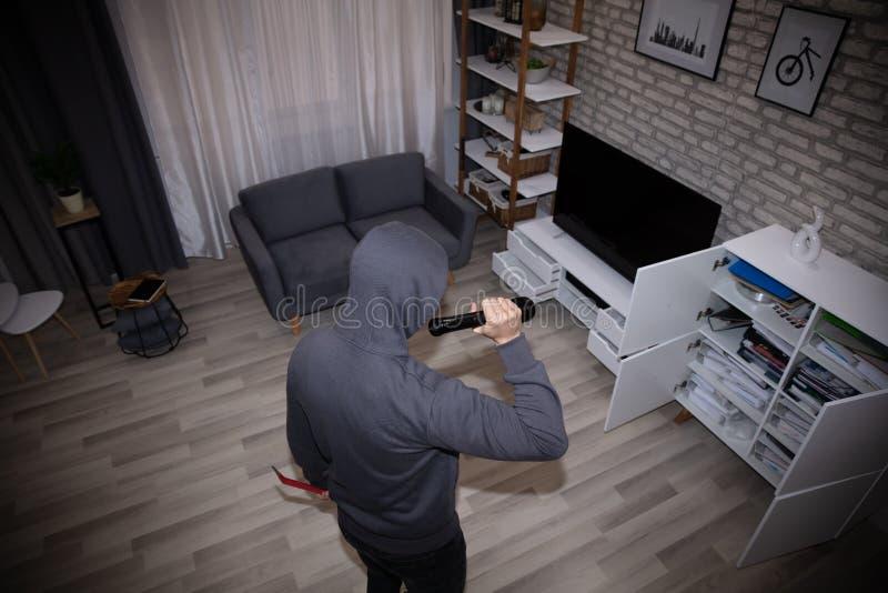Arquivo de With Flashlight Stealing do ladr?o fotografia de stock