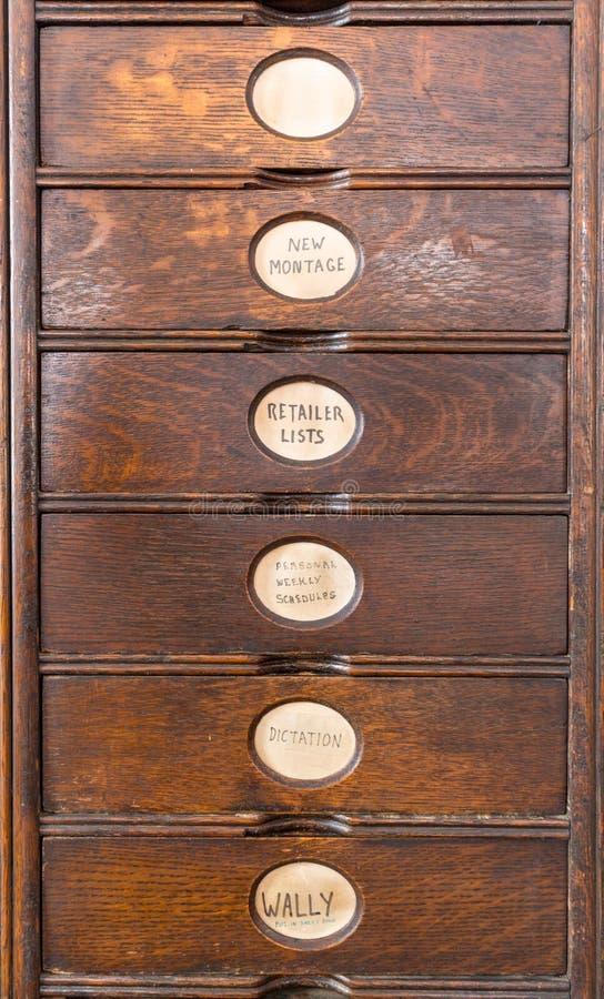 Arquivo de madeira velho com gavetas de madeira fotografia de stock