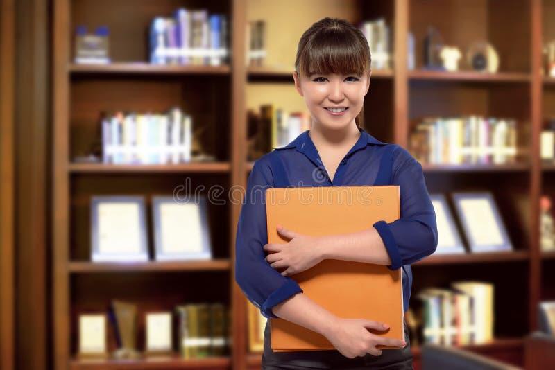 Arquivo de terra arrendada asiático de sorriso da mulher de negócio fotos de stock royalty free