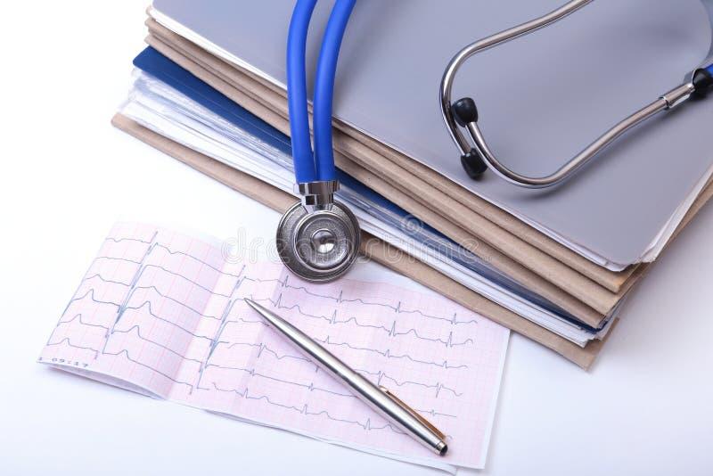 Arquivo do dobrador do close up, estetoscópio em uma prescrição do rx, coração vermelho e telefone isolados no fundo branco fotografia de stock
