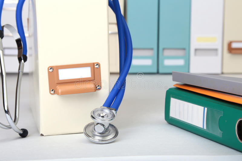 Arquivo do dobrador, estetoscópio e prescrição de RX na mesa Fundo borrado imagens de stock