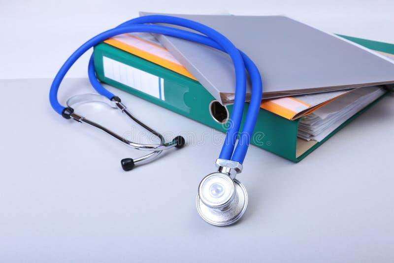 Arquivo do dobrador, estetoscópio e prescrição de RX na mesa Fundo borrado foto de stock