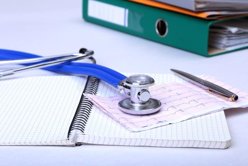 Arquivo do dobrador, estetoscópio e prescrição de RX na mesa Fundo borrado foto de stock royalty free