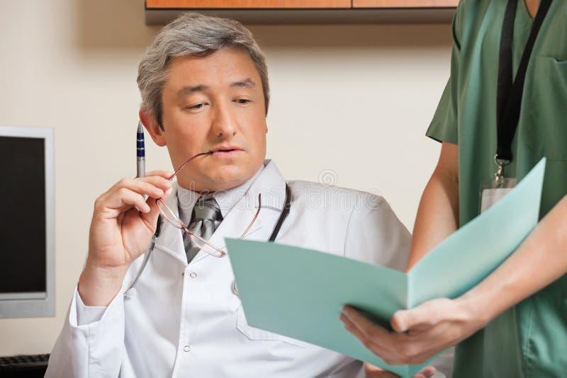 Arquivo do doutor Reading Patient imagem de stock