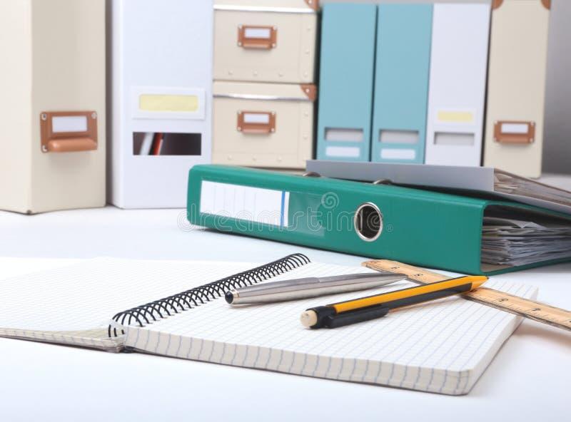 Arquivo e nota do dobrador na mesa Fundo borrado imagens de stock