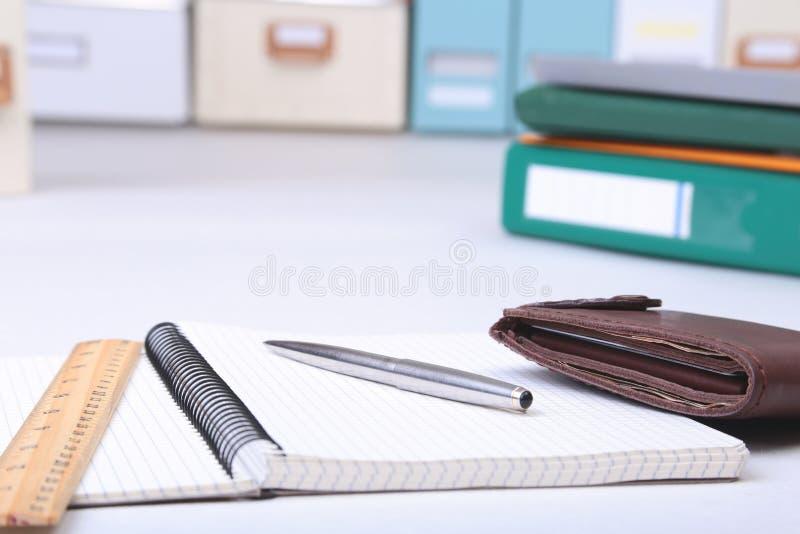 Arquivo, nota e carteira do dobrador na mesa Fundo borrado fotos de stock royalty free
