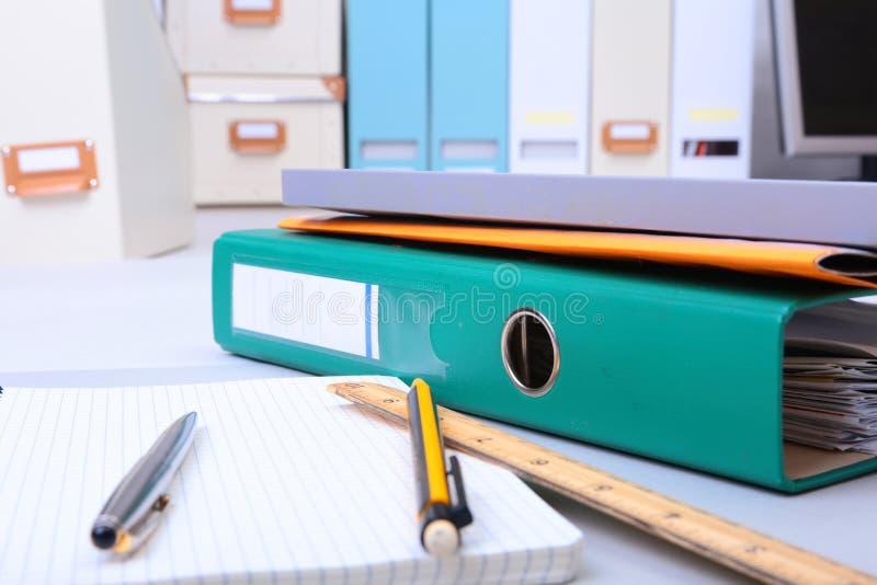 Arquivo, nota e pena do dobrador na mesa Fundo borrado imagens de stock