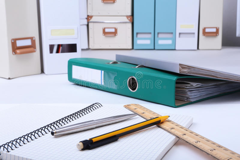 Arquivo, nota e pena do dobrador na mesa Fundo borrado foto de stock