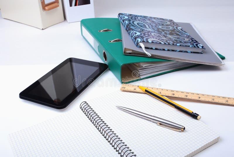 Arquivo, nota e telefone do dobrador na mesa Fundo borrado foto de stock