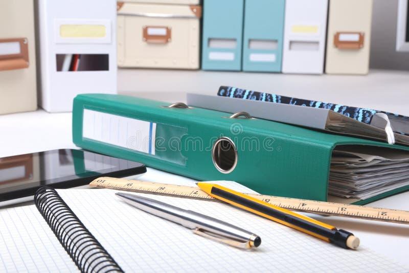 Arquivo, nota e telefone do dobrador na mesa Fundo borrado fotografia de stock