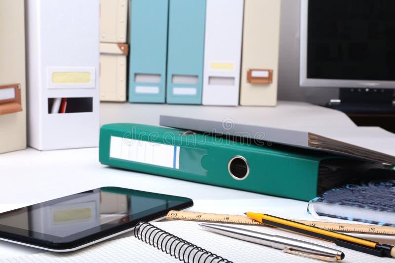 Arquivo, nota e telefone do dobrador na mesa Fundo borrado imagens de stock royalty free