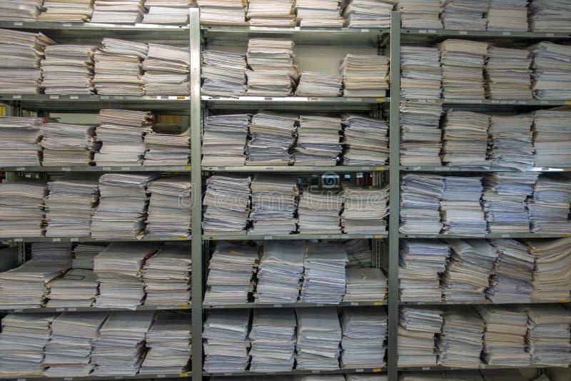Arquivo para pastas Os pap?is s?o empilhados sobre se foto de stock