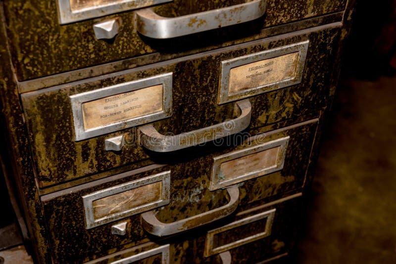 Arquivo velho da gaveta do metal com sujeira e camada de sujidade verdes imagem de stock