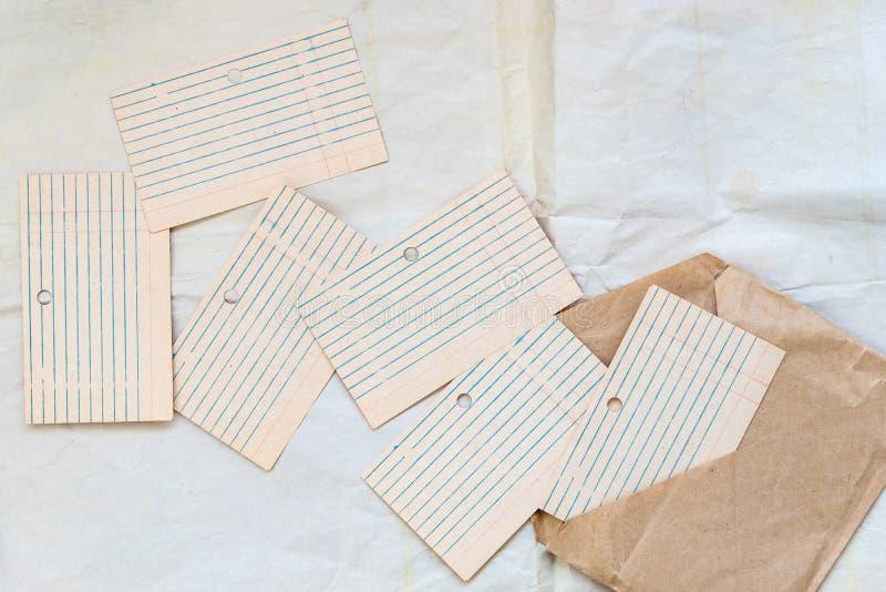 Arquivos de cart?o vazio velhos, alinhados e apresentados Papel para escrever em envelopes do papel do of?cio Escola do conceito, imagens de stock royalty free