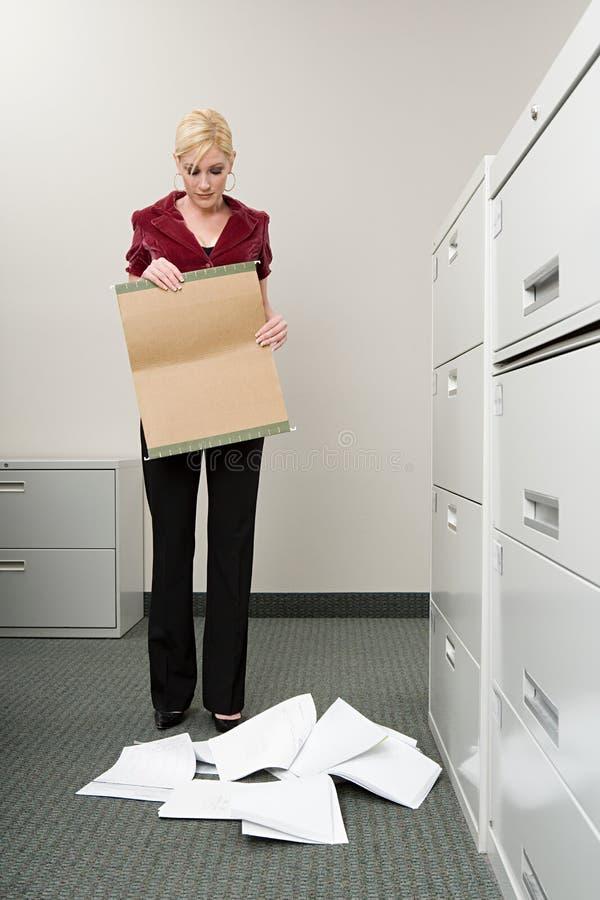 Arquivos deixando cair da mulher imagens de stock