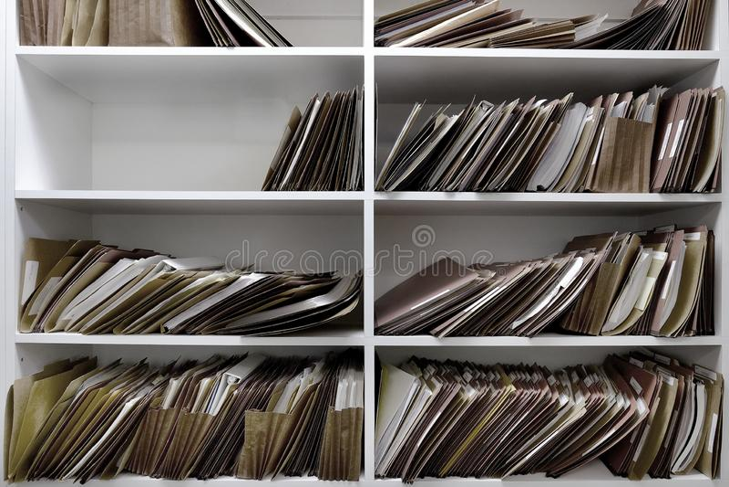 Arquivos do neg?cio em umas caixas e em uma prateleira dos dobradores fotografia de stock royalty free
