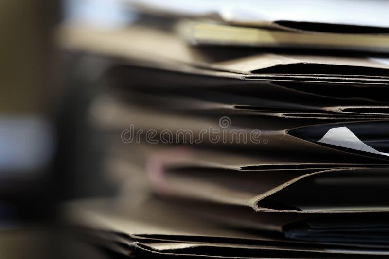 Arquivos em dobradores do trabalho do negócio da mesa para papéis de organização fotografia de stock royalty free