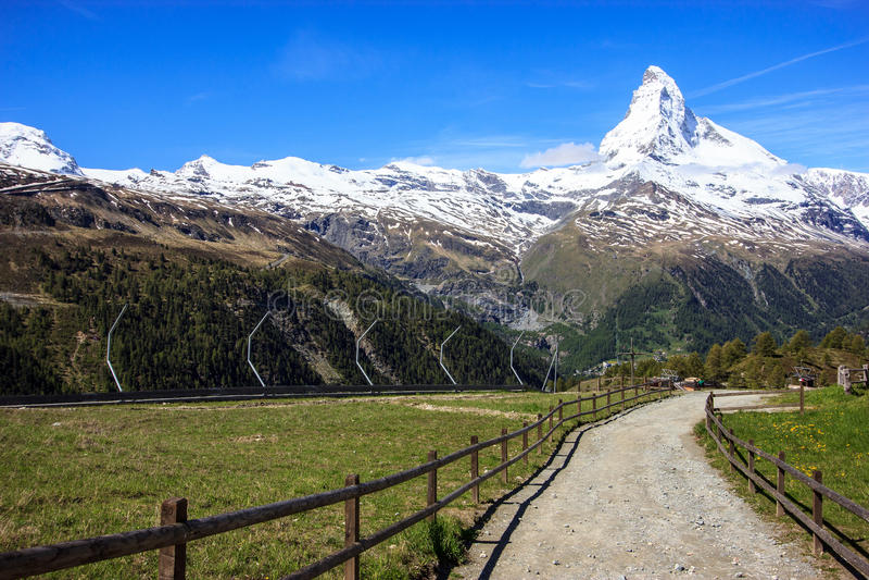 Arrástrese con la vista del pico de Cervino en verano en la estación de Sunnega, paraíso de Rothorn, Zermatt, Suiza fotografía de archivo