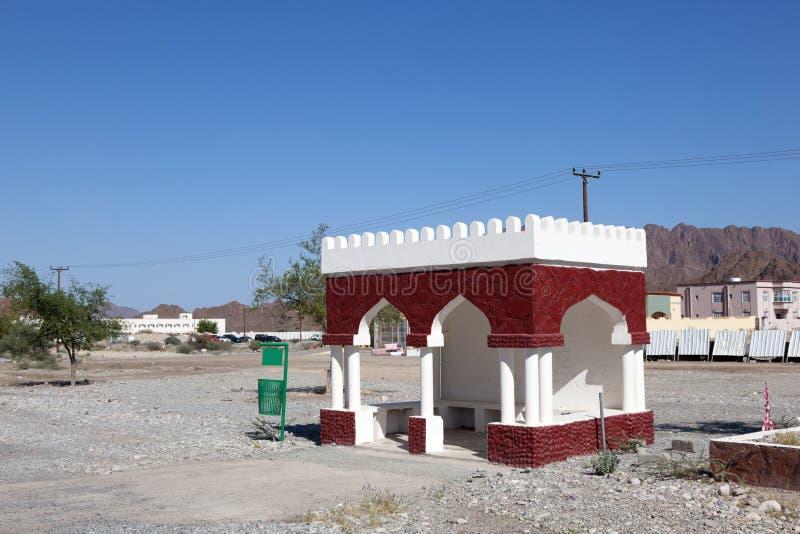 Arrêt d'autobus dans un village en Oman image libre de droits