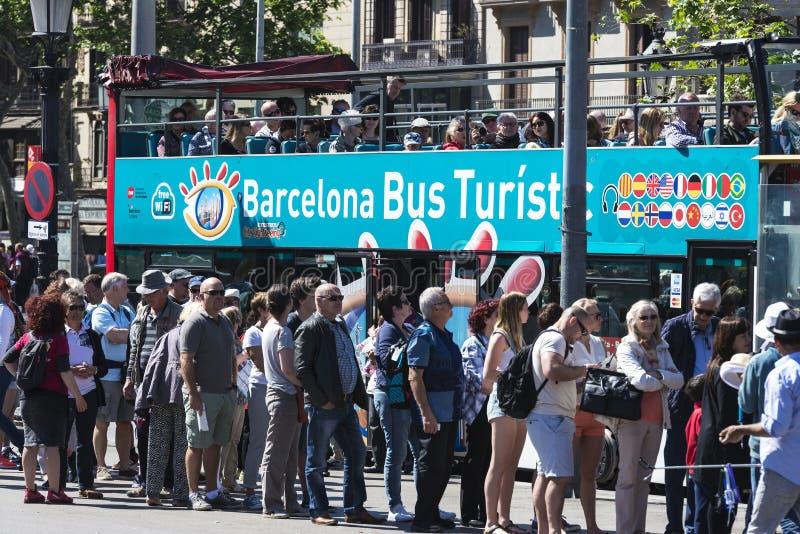 Arrêt d'autobus de touristes à Barcelone photographie stock
