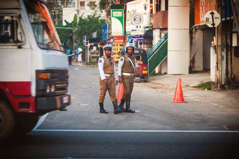 Arrêt d'autobus sri-lankais public régulier Le trafic moring de contrôle de policier dans la ville Ambalangoda photo stock