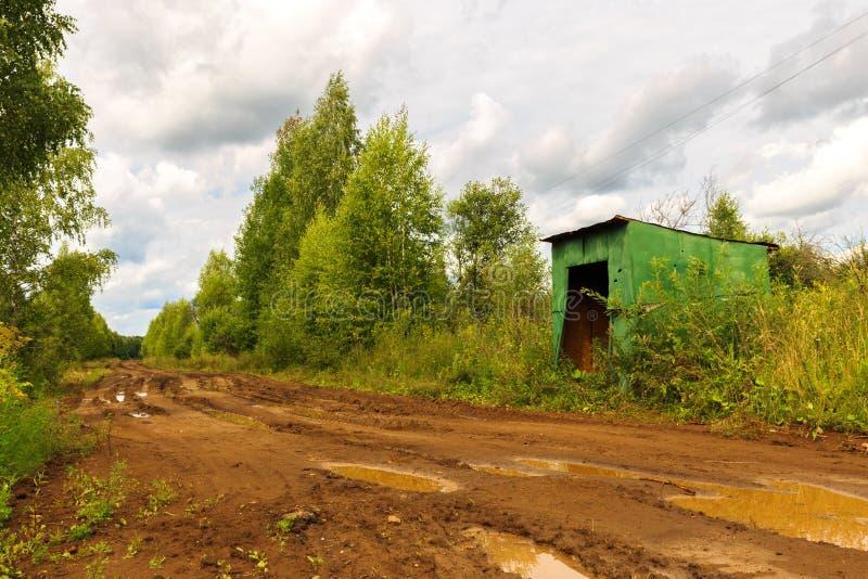 Arrêt d'autobus sur la route rurale images libres de droits