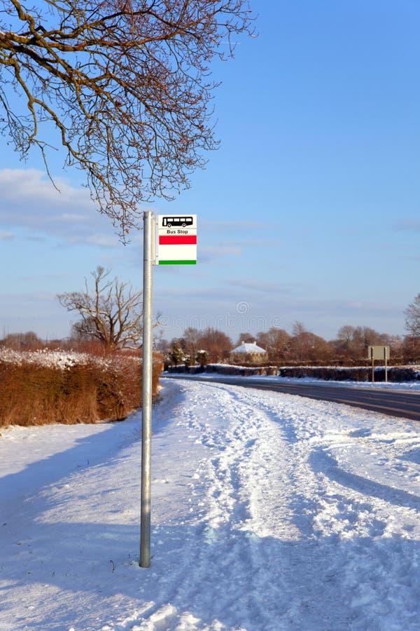 Arrêt de bus dans la neige photos libres de droits