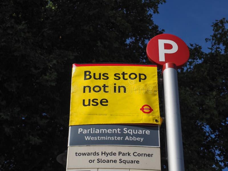 Arrêt de bus Parliament Square non utilisé à Londres photographie stock