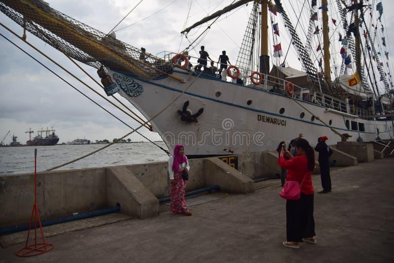 Arrêt de Dewaruci de bateau dans le port de l'Emas de Tanjung à Semarang image stock