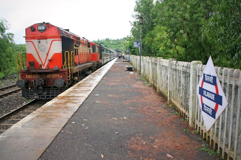 Arrêt de train rapide sur le chemin de fer Inde de Konkan photographie stock