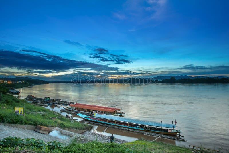 Arrêt du bois de bateau de tradition dans le petit port le Mekong, Chiang Kha photos stock