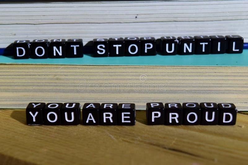 Arrêt du ` t de Don jusqu'à ce que vous ` au sujet de fier sur les blocs en bois Motivation et inspiration image libre de droits