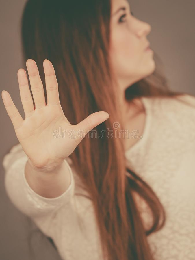 Arrêt fâché d'apparence de femme d'apodicticity avec la main photographie stock libre de droits