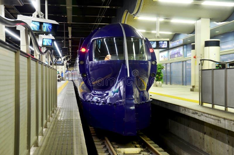 Arrêt ferroviaire rapide bleu à la station de Namba image libre de droits