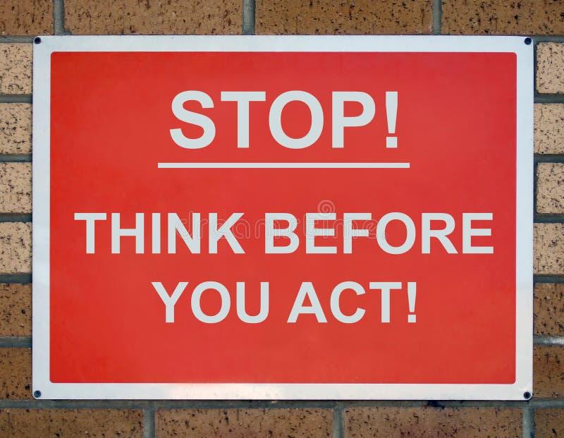 Arrêtez et pensez le signe photographie stock libre de droits