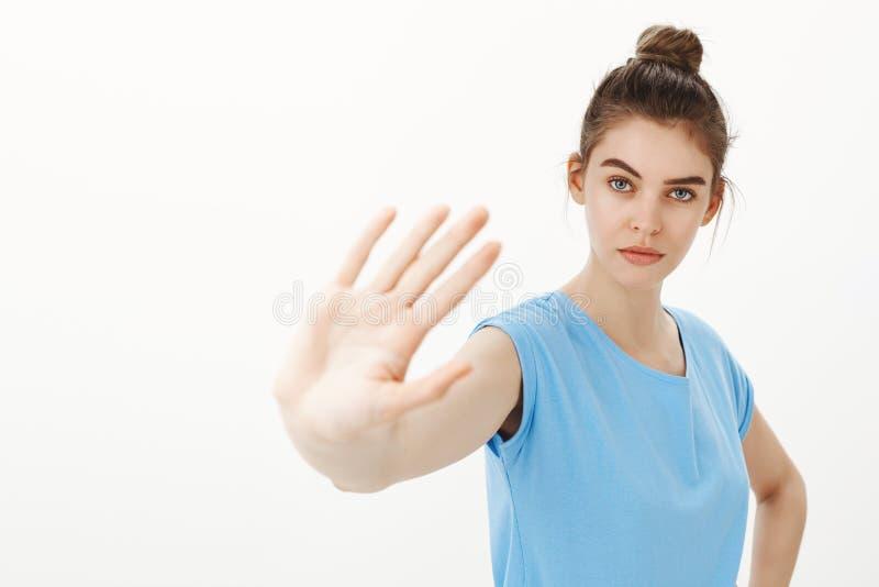 Arrêtez juste là, aucune infraction Portrait de femme mignonne sûre et sérieuse avec la belle peau propre en petit pain photos stock