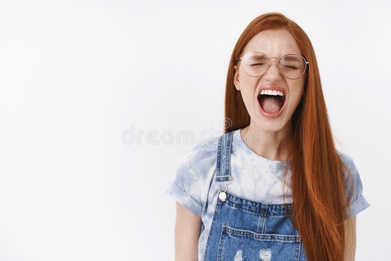 Arrêtez-le, ne pouvez soutenir plus Fed a affligé le hurlement plaignant de jeunes de fille longs cheveux roux bouleversés de gin images libres de droits
