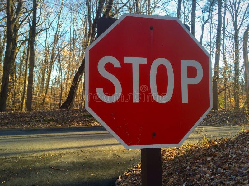 Arrêtez le signe à un carrefour image libre de droits