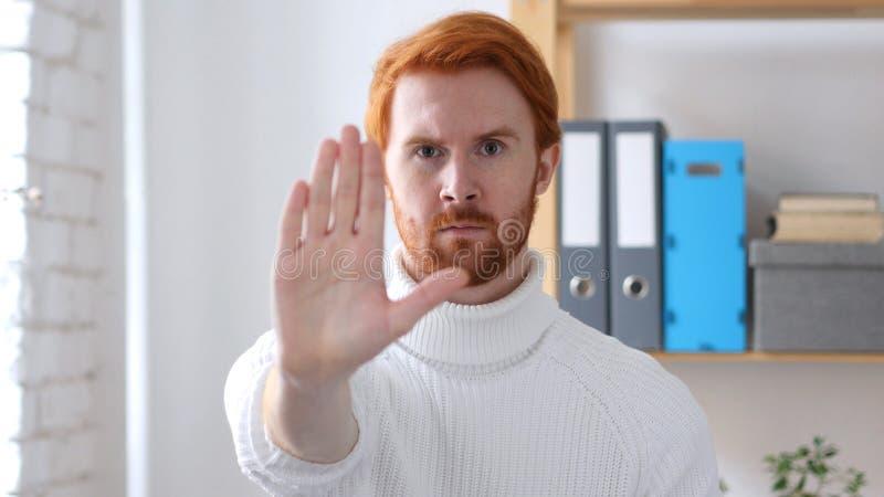 Arrêtez le signe, homme avec les poils rouges faisant des gestes avec la main photos stock