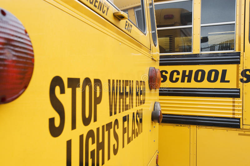Arrêtez quand les lumières rouges clignotent sur l'autobus scolaire photo libre de droits