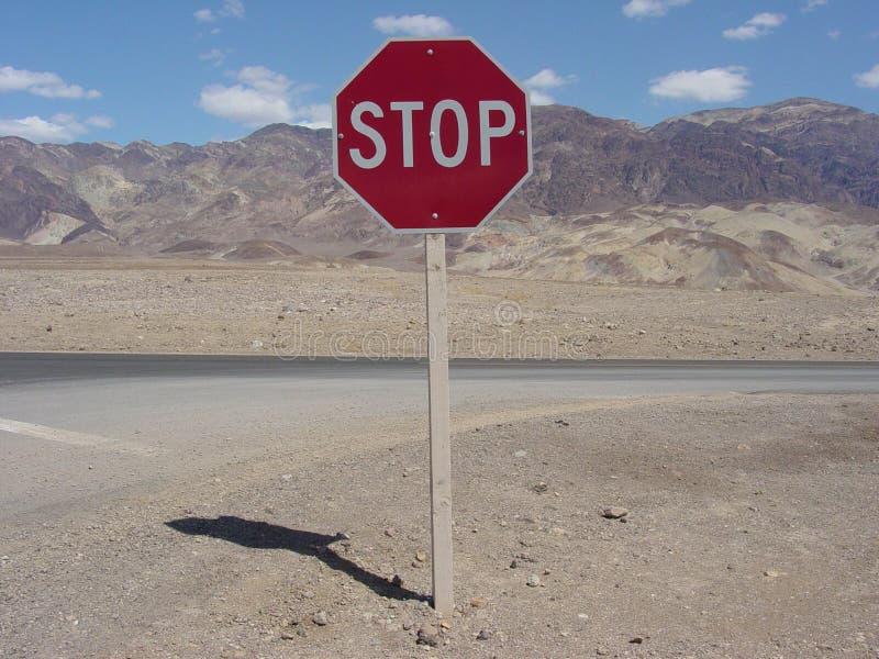 Arrêtez Signent Dedans Death Valley Photos stock