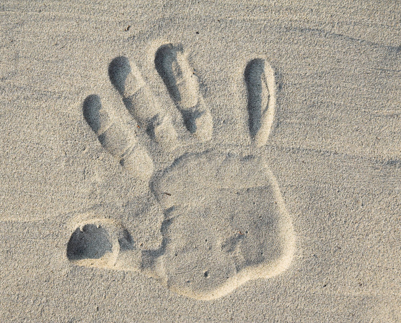 Arrêtez signent dedans le sable images stock