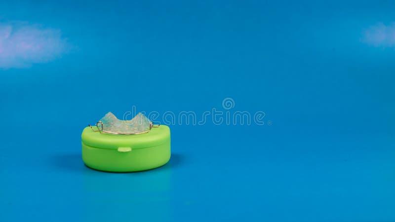 Arrêtoir dentaire avec la caisse colorée verte images stock