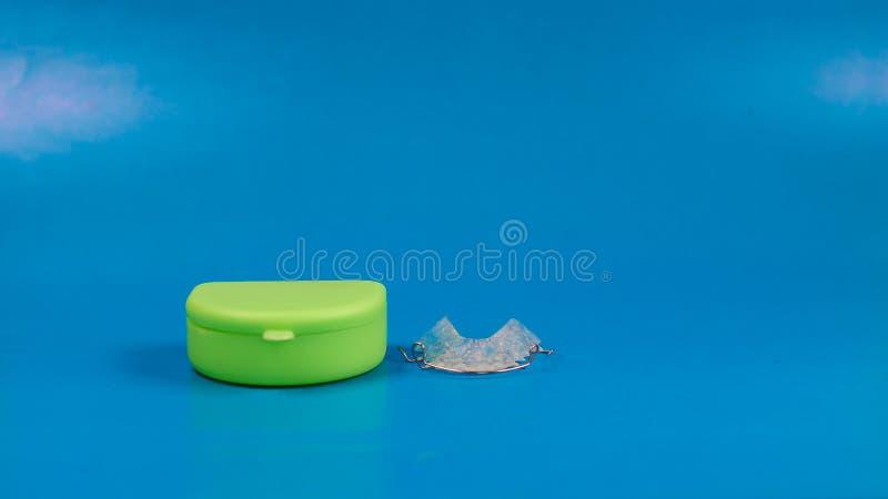 Arr?toir dentaire avec la caisse color?e verte images stock