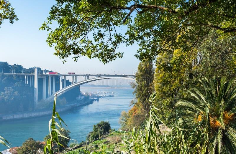 Arrabida桥梁是在杜罗河河的曲拱桥梁 波尔图 免版税库存照片
